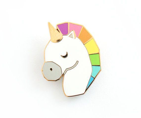 Unicorno spilla Pin Rainbow geometrica   Questo piccolo unicorno di smalto fatta dal timbro tagliata metallo dorato e smalti con un pin bar 2cm 0,6