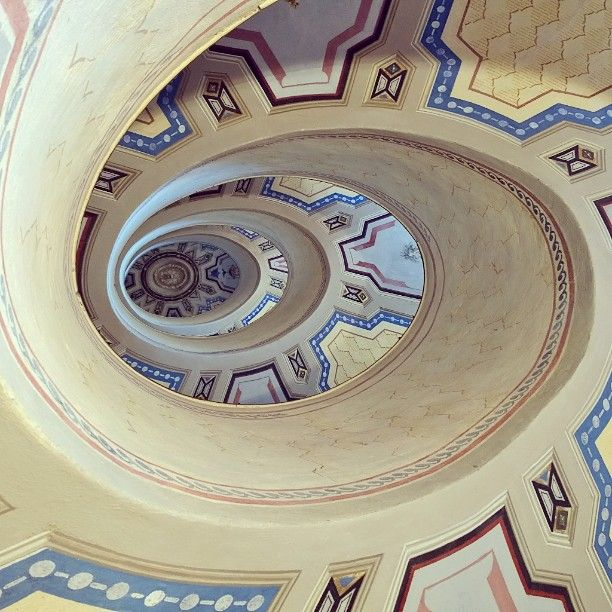 Curve a perdita d'occhio :) La scala a chiocciola progettata dall'architetto Jacopo Barozzi - Instagram by monmobile