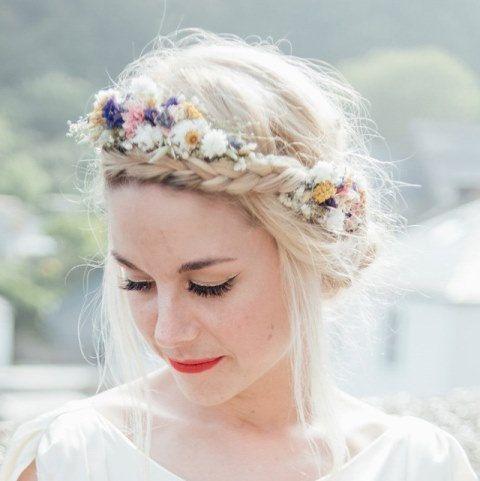 Unsere handgefertigten getrocknete Blume Haar Kronen sind eine tolle Alternative für die Erstellung eines wilde, Bohemien Look zu Ihrer Hochzeit. Sie sind in zwei Ausführungen erhältlich 3/4-Stil, wie dargestellt in die Fotos oder als eine vollständige Krone von unsere echte