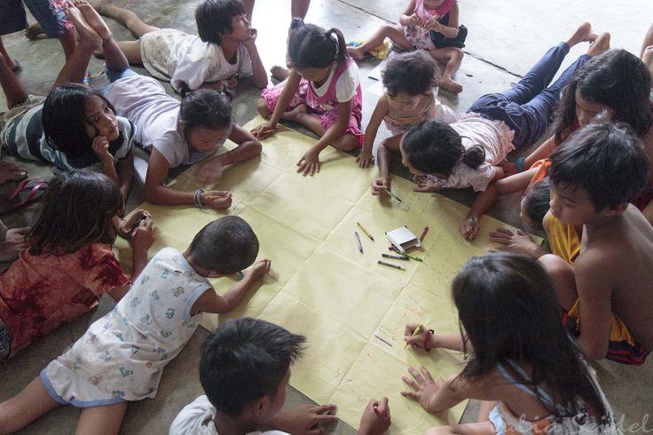 Maltherapie nach einem Freuer in einem der Slums von Cagayan de Oro, Mindanao, Philippines.