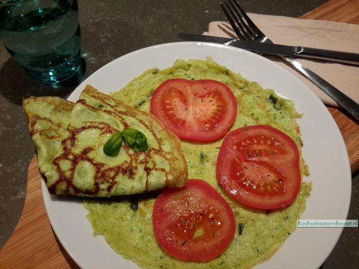 Deze verrukkelijke Italiaanse pesto pannenkoekjes met ei, pesto, mozzarella en tomaat zijn overheerlijk en vol goede voedingsstoffen.