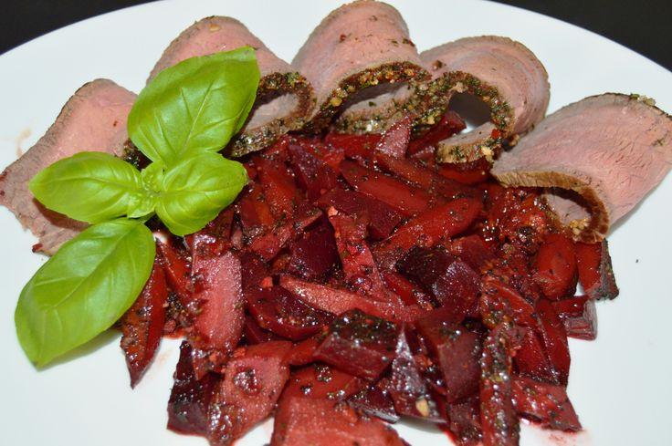 Krydret roastbeef med rodfrugter kogt ind i rødvin og krydderier. Simpel og lækker hverdagsret.