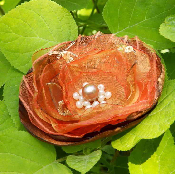 Claire Brož nebo spona do vlasů. Luxusní zlatooranžový květ, průměru je 9,5 cm. Květ je přidělaný na univerzálním brožovém můstku, takže jej můžete použít jako sponu do vlasů, nebo jako brož. Jako bonus ke každé květině dostanete zdarma skládanou origami krabičku