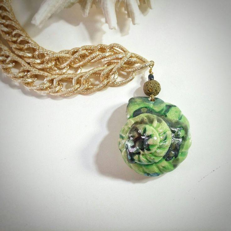 Collana conchiglia in ceramica verde chiaro-ramina