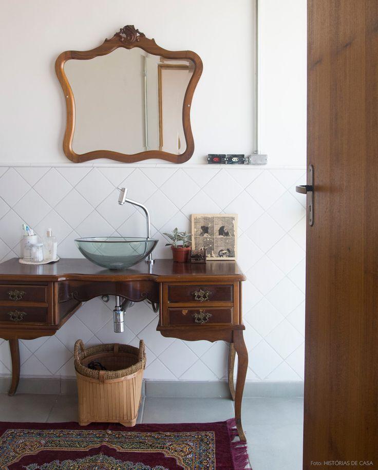 Móveis antiguinhos no banheiro. Veja mais em www.historiasdecasa.com.br #todacasatemumahistoria #vintage #decor