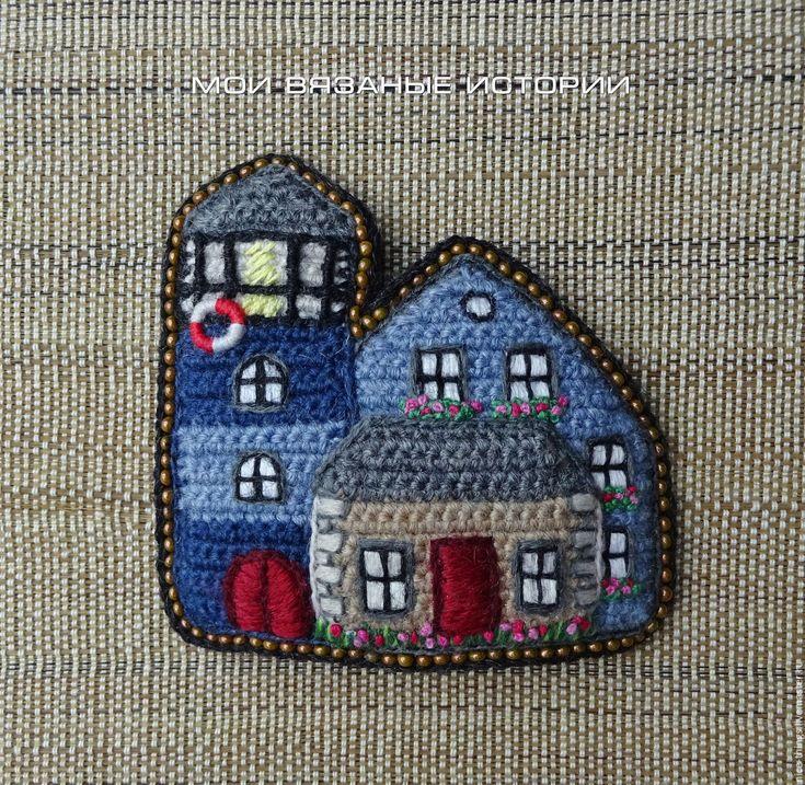 Купить Брошь вязаная вышитая Маяк необычное украшение подарок - голубой, маяк, брошь домики