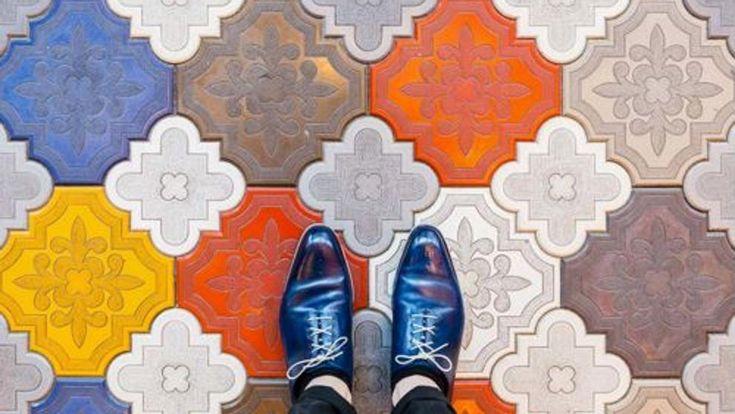 Un par de zapatos elegantes y un suelo singular. Es el trabajo de Sebastian Erras, un fotógrafo alemán que ha convertido al pavimento en el protagonista de sus particulares fotos. Siempre...