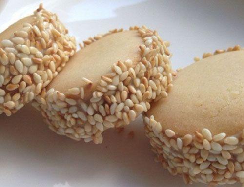 Yedikçe yiyesiniz gelecek bir lezzet Tahinli Susamlı Kurabiye. Deneyecek olanlar tariften yararlanabilirler.