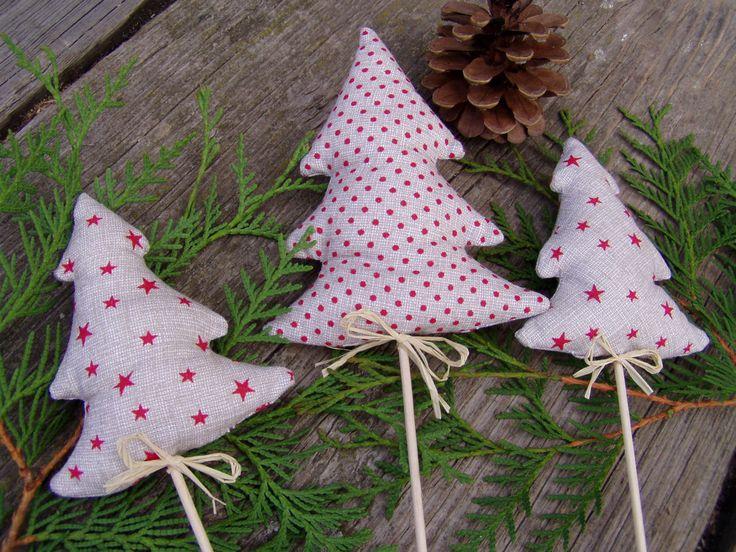 Vánoční stromečky zápichy 3ks Krásné ručně šité stromečky -zápich do květináče . Materiál bavlna, duté vlákno, lýková mašlička.. Vhodné jako dekorace, nebo milý dáreček. Každý kus originál. Větší stromeček je 12,5 cm veliký, menší 10 cm.