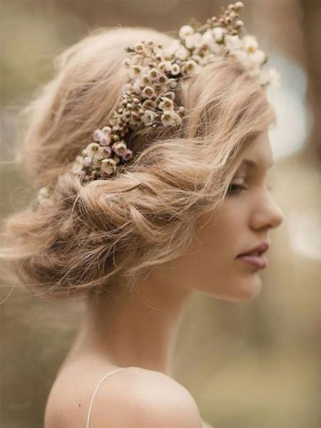 Chignon bas avec couronne de fleurs - et sur une brune ?