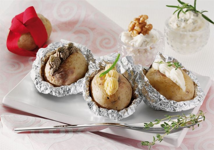 Scegliete patate di misura media, lavate bene la buccia e strofi natela con un po' di sale. Chiudete ogni patata in un foglio di carta d'alluminio...