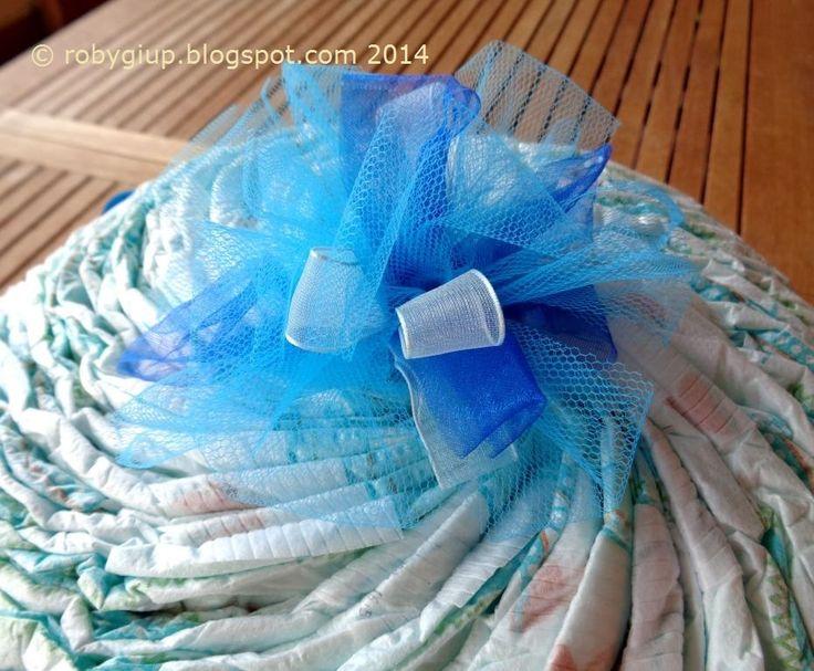 Torta di pannolini azzurra, dettaglio del topper (con TUTORIAL) - Light blue diaper cake, a detail of the topper (with TUTORIAL) #birth #boy #gift #DIY #tutorial