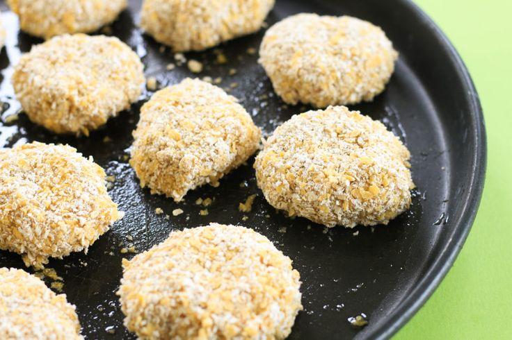 Bocaditos de pollo rebozados con copos de maíz y avena, ideales para hacer rendir el pollo. Se pueden fraccionar y congelar.