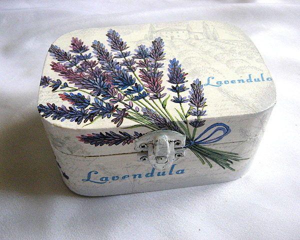 Flori de lavanda, cutie lemn accesorii bijuterii femei handmade - culori mov inchis si mov deschis si fundal alb si alb gri - ferma de cultivare lavanda si culturi de lavanda