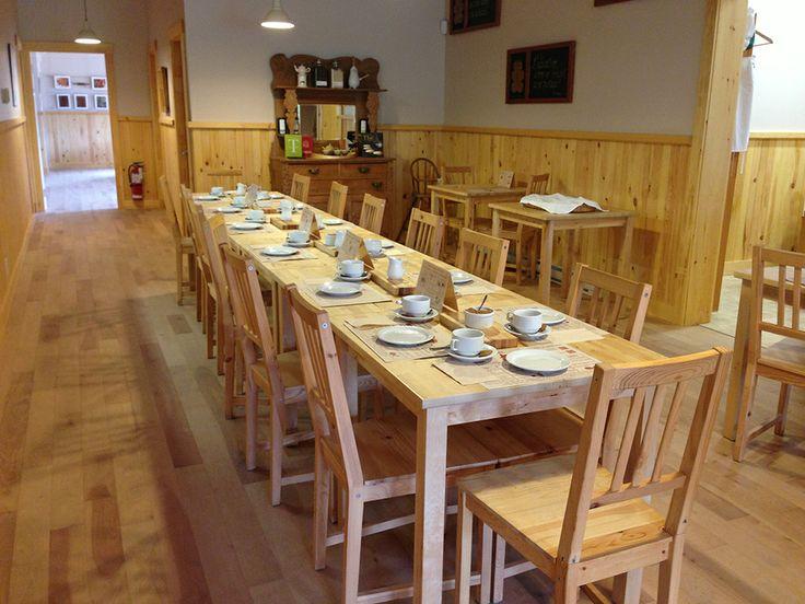 La table est mise pour une réunion.