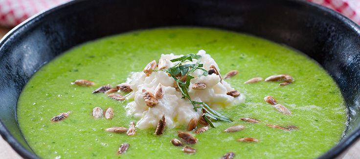 Fräsch soppa för alla årstider. Färgglad och enkel att göra.