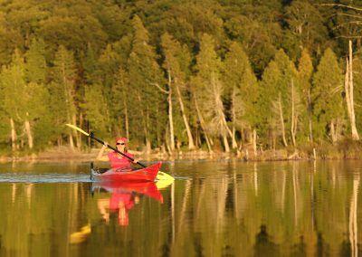 Canot-kayak à la Montagne du Diable  Vivifiant et rafraîchissant, optez pour notre circuit de canot-kayak à réaliser en solo, entre amis ou en famille. Une enfilade de quatre lacs, 10 km de circuit au total (aller seulement), 3 portages pour se muscler un peu et une expérience inoubliable!