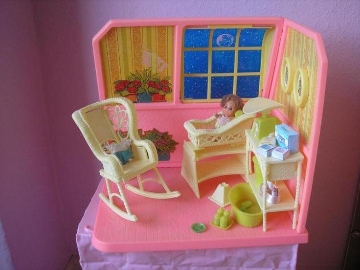 Ich biete aus den 70er Jahre dieses süße Babyzimmer von Mattel an. Es ist mit Barbie oder auch mit Familie Sonnenschein bespielbar. Es ist sehr viel Zubehör dabei und das Baby hat sogar einen Ersatzstrampler .An dem Retrokinderwagen ist ein Rad geklebt , es dreht sich aber trozdem mit beim fahren. Das Baby hat eine Beschädigung an einer Hand .Es ist aus meiner Kindheit und nur noch sehr selten zu bekommen. Ich verschicke es zerlegt , es sind aber alle Aufbauanleitungen dabei. Für einen…