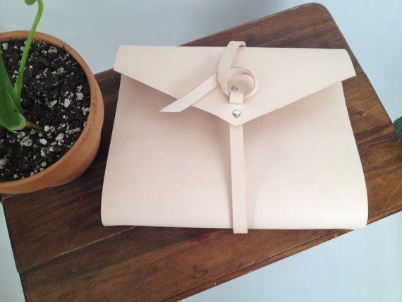 Cada cartera será personalizado de un cuero natural hermoso, ligero. Nos remache en una carpeta de 3 anillos de níquel, perfecta para la