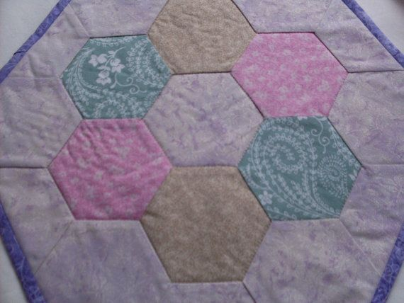 Adorno de mesa acolchada forma hexágono púrpura y pastel suave y reluciente. Ideal para una mesita de noche, mesa, aparador o mesa. Tres capas con formas hexagonales juntado las piezas acolchado juntos para formar un hexágono grande. Reversible. Arandela (caliente, sin cloro) y