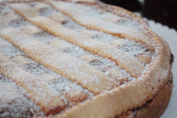 La casatella è un dolce tipico di Terracina del periodo pasquale E' una crostata che abbina alla ricotta il caffè e viene aromatizzata con sambuca (o anice) e cannella. Ingredienti per la pasta frolla: 75 g di burro 2 uova 130 g di zucchero 350 g di farina mezza bustina di lievito Ingredienti per