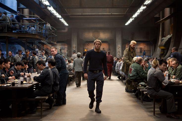 #CharlieHunnam interpreta a #RaleighBeckett, un piloto retirado que tendrá que enfrentarse a sus miedos para salbar a la humanidad en #PacificRim.