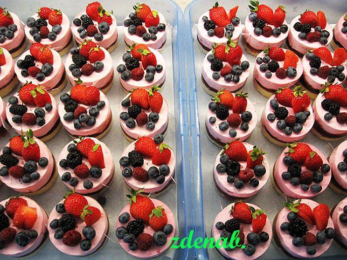 dortíky s jahodami a lesním ovocem