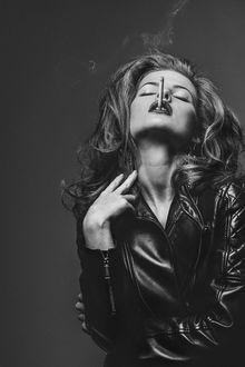 Фото Девушка с сигаретой, в кожаном плаще, фотограф Александр Буц