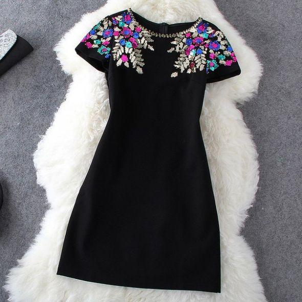 zdjęcie Czarna sukienka z kolorową aplikacją w pełnej rozdzielczości
