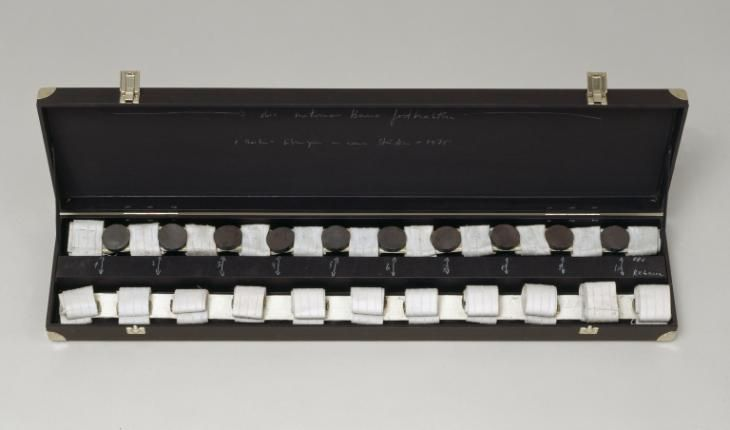 Rebecca Horn | Keeping hold of those unfaithful legs, 1974 [materiali: tessuto e calamite; dimensioni: 270 x 952 x 305 mm; collezione: Tate]