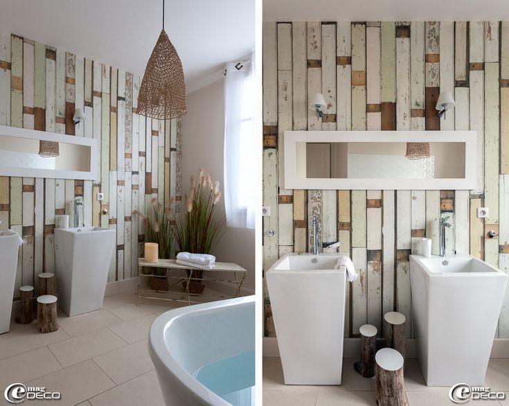 Petites tables basses 'troncs' en bois flotté 'Bleu nature design', vasques, appliques murales et miroir 'Castorama'