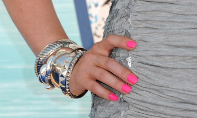 Cómo lucir uñas color neón. ¡Haz click en la imagen!