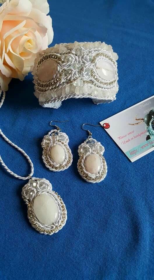 Conjunto de novia unico hecho a mano, con cristales de cuarzo en tecnica soutache. Colgante , pendientes y brazalete que tambien se puede utilizar como coletero.