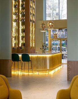 In een van de hoogte torens van Madrid heeft Jaime Hayon zich ontfermd over het interieur van het Barceló Torre de Madrid Hotel. Op negen van de vierendertig verdiepingen van het moderne baken zie je de speelse stijl van Hayon duidelijk terug, gecombineerd met zijn eigentijdse interpretatie van de Spaanse cultuur en geschiedenis.