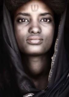 Dahab, pochodząca z Mali tajemnicza kobieta z tatuażem, została nową twarzą plakatu Brave 2012. www.bravefestival.pl