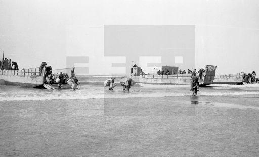 Villa Bens,10-1-1958.- Guerra de Ifni. Un buque anfibio descarga material para las tropas españolas en las proximidades de Cabo Juby.- EFE/jt