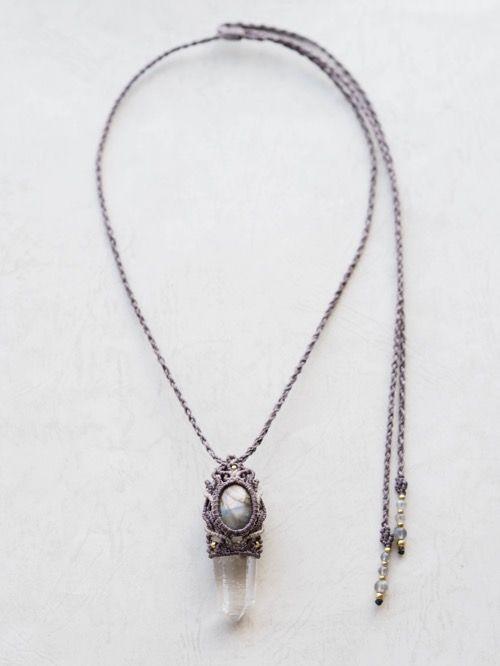 水晶ポイント(インド・ヒマーチャルプラデーシュ州産・)&マルチカラーラブラドライト(アフリカ産)/ペンダント、天然石マクラメ編みペンダントネックレス紹介&販売。神々が宿るヒマラヤから産出され、非常にエネルギーの強いクォーツとして高く評価されている 高品質ヒマラヤ水晶をあしらったマクラメ編みペンダント。 水晶が成長する際に刻まれた成長線(バーコード)が刻まれた水晶と、 マルチカラーラブラドライトをあしらったデザインペンダント。 パープル、ピンク、ブルー、オレンジ、見る角度によって色味を変える、 とても不思議な色合いをしたマルチカラーラブラドライトを使用しています。 紐エンド部分には、ラブラドライトのビーズをあしらい、ひと編みひと編みで丁寧に編みあげました。 男女問わずお使いいただけるユニセックスデザインで、存在感溢れるペンダントに仕上がっています。