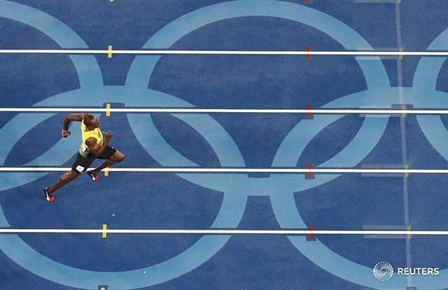 Usain Bolt of Jamaica runs on his way to winning the gold in the 200m final. REUTERS/Fabrizio Bensch #usainbolt #athletics #rio2016 #olympics #reutersphotos