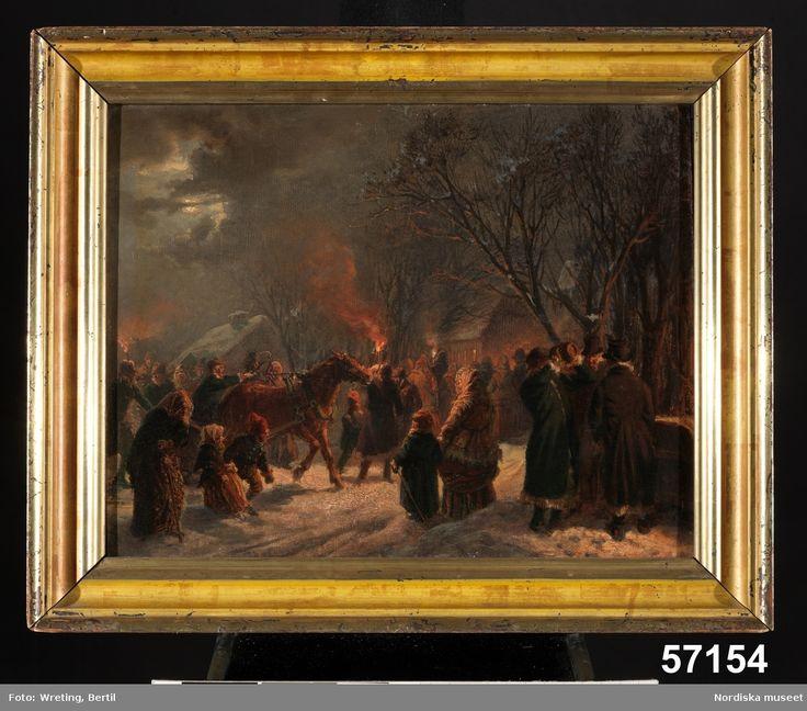 Exteriör, vinterbild, folket anländer till kyrkbacken för julotta. Folksamling, häst med släde, bloss.  Äppelbo, Dalarna.
