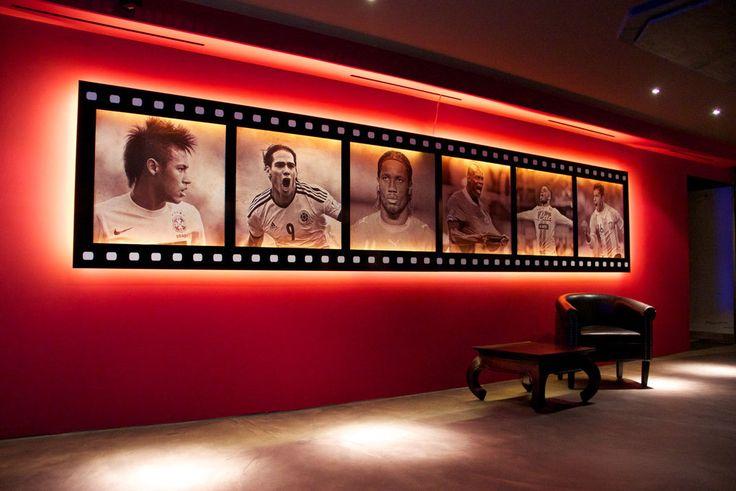 Wandgestaltung Bar & Lounge. Fussball Elemente, Filmstreifen Panel beleuchtet, Wandrelief. Digitaldruck auf Strukturtapete Street-Bemalung und Gestaltung. Idee, Konzept, Planung und Realisation.