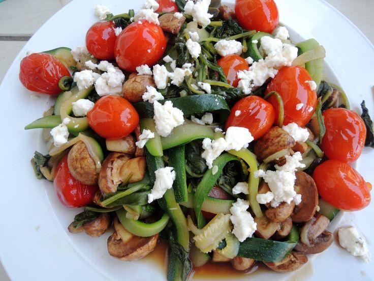 Courgettepasta met geconfijte tomaatjes, spinazie en champignon