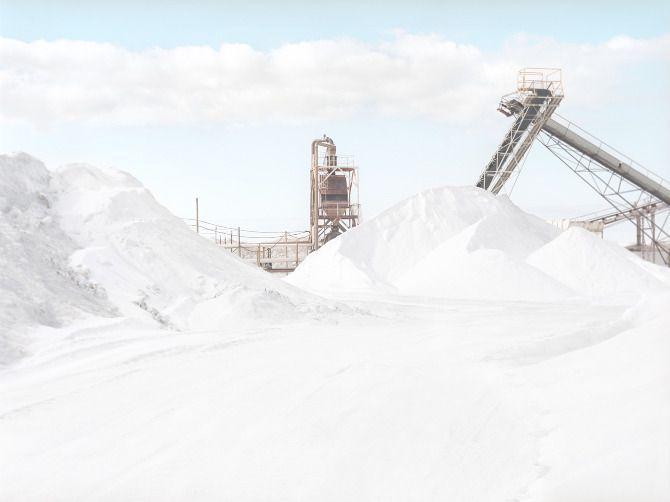 La photographe Emma Phillips s'aventure dans les déserts blancs d'Australie et capture ces montagnes de sel.