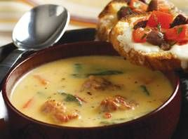 Squashsuppe med pølse En lækker suppe der er lidt tungere en squashsupper er generelt, men helt igennem lækker, især hvis den serveres med olivenbruschetta. Brug fortrinsvist små squash til denne opskrift, de er nemmere at have med at gøre. Opskriften bruger medisterpølse hvor man tager skindet af, men enhver krydret rå pølse er velegnet.