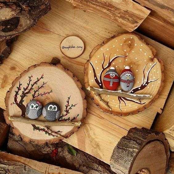 Rondins de bois avec des hiboux peints sur des galets. 17 Décorations de Noel DIY avec des rondins de bois