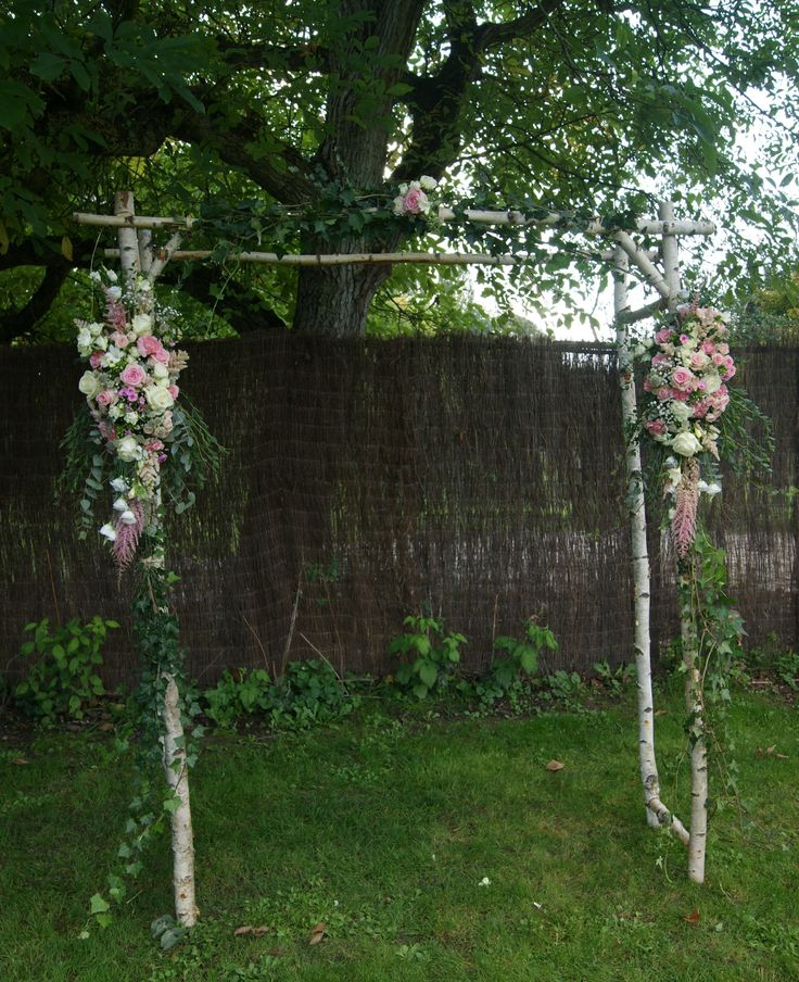 Arche fleurie Mariage en rose et blanc sur bois de bouleau avec lierre.