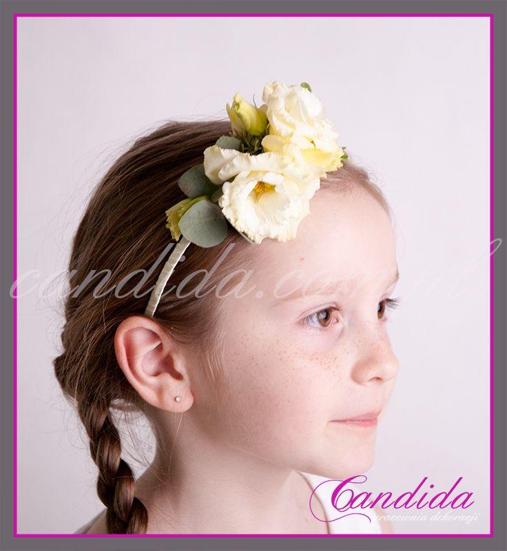 """wianek komunijny z żywych kwiatów wykonany przez Candida pracownia dekoracji tel. 504055969 candida@candida.com.pll aktualny <a href=""""http://dekoracjekomunijne.waw.pl/cennik"""">aktualny cennik wianków</a>"""