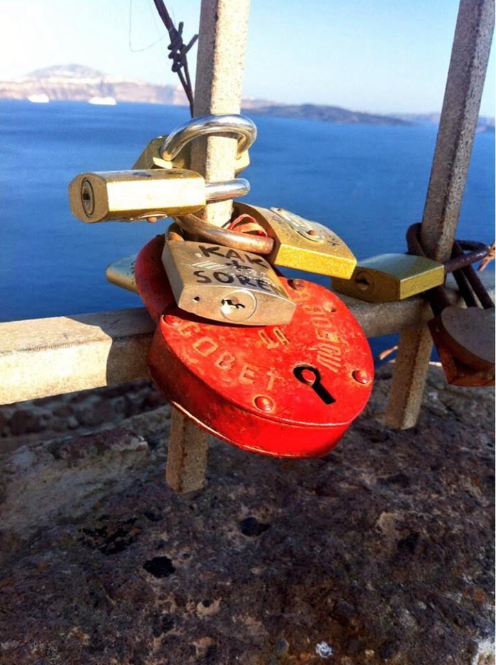 #LoveLocks in #Oia #Santorini #Greece #Travel | www.santoriniplus.net
