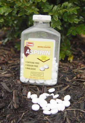 Todo el mundo conoce la aspirina como medicamento centenario que es. Usada para multitud de dolencias a lo largo de su historia se han ido descubriendo nuevas aplicaciones. Pero tal vez lo que no todos sepáis es que podemos usar aspirinas también para cuidar nuestras plantas. Vamos a ver algunos usos de la aspirina en el jardín.  En la Universidad de Rhode Island se hizo un experimento preparando una solución de aspirinas en agua con la que se pulverizaron algunas plantas. La solución estaba…