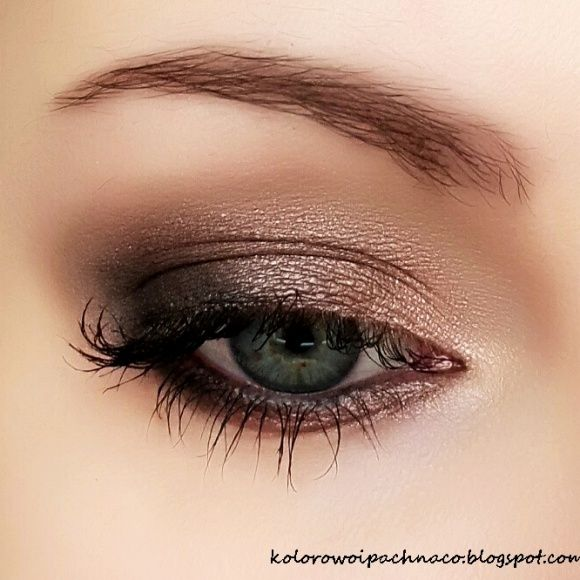 With so many MAC eyeshadows available on the market, it can be hard to decide which shadows live up to [...]