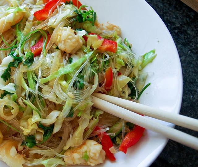Massa chinesa com legumes e camarão